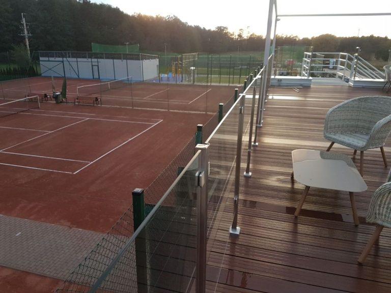 Widok z tarasu na 4 korty do tenisa ziemnego